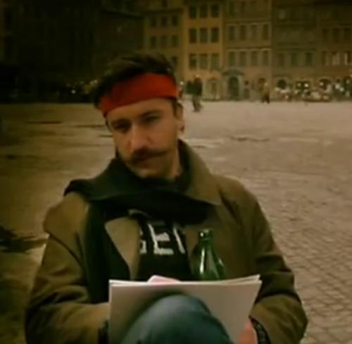 """""""A Short Film about Killing"""". Un artista callejero que hace retratos y que le señala una dirección a Jacek."""