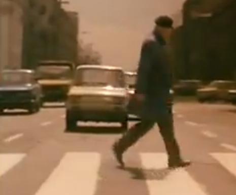 """""""A Short Film About Killing"""".  El pequeño auto blanco que seguirá el recorrido del festejo de Piotr. El mismo que estará presente en el momento en que Jacek sube al auto del taxista, su futura víctima"""