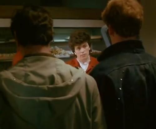 """En el bar, una empleada atiende desde el mostrador a Jacek. Esta imagen es omitida en """"Decálogo Cinco: No Matarás""""."""