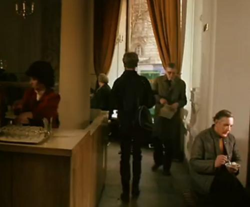 """""""A Short Film About Killing"""": En el bar se destacan personajes habituales, pero secundarios. Esto no sucede en la versión de """"Decálogo Cinco: No Matarás""""."""