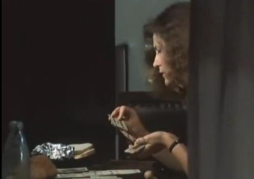 """A Short Film About Love"""". Secuencia del inicio del Film. Magda levanta las cartas de un mazo sobre la mesa. Este detalle no figura en  """"Decálogo Seis""""."""