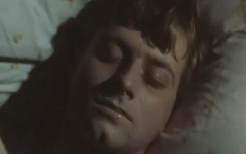 """""""A Short Film About Love"""". Tomek durmiendo al comienzo de la película, la toma remite al momento posterior a su fallido intento de suicidio. No figura en """"Decálogo Seis""""."""