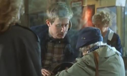 """""""A Short Film About Love"""". En la secuencia del Correo, cuando Magda va a retirara el supuesto Giro Postal, hay una anciana delante de ella y la protagonista debe aguardar su turno. Esto no sucede en """"Decálogo Seis""""."""
