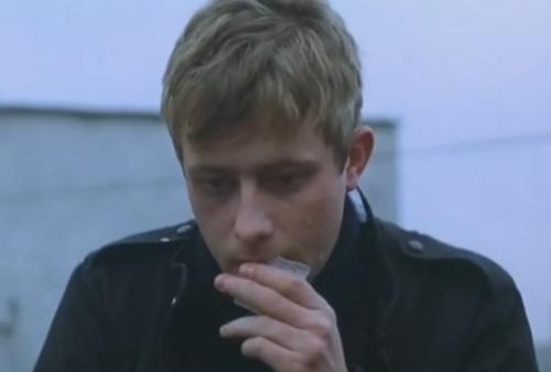 """""""A Short Film About Love"""". Una escena simétrica con la de arriba es la de Tomek chupando un bloque de hielo. Esto sucede después de que Magda lo humilla preguntándole qué es lo qué quiere de ella, antes de que él se decida a invitarla a salir. Esta escena no aparece en """"Decálogo Seis""""."""