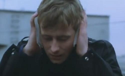 """""""A Short Film About Love"""". Toma previa de la misma secuencia que la foto de arriba. Tomek se lleva dos bloques de hielo a las orejas, tapándoselas como intentando amortiguar las fuertes palabras que Magda le acababa de decir. Este detalle no figura en """"Decálogo Seis""""."""