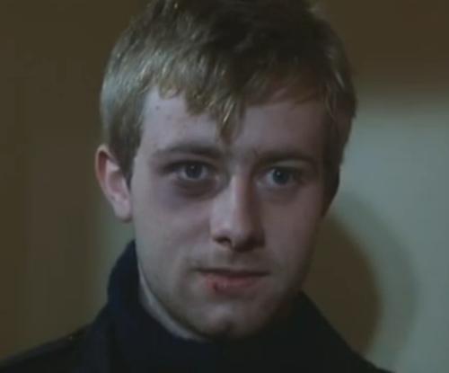 """""""A Short Film About Love"""". Momento en que Tomek invita a Magda a una cita. A diferencia de """"Decálogo Seis"""", él vuelve a golpear su puerta, y antes va a la terraza del edificio e intenta darse ánimos y enfriarse con el hielo."""