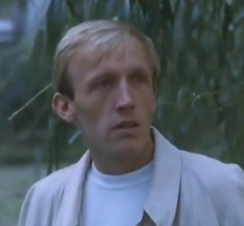 """""""A Short Film About Love"""". La secuencia de Teófanes se da a propósito del mismo contexto, cuando Tomek corre con el carrito de leches, festejando que Magda había aceptado salir con él a tomar algo. Pero los gestos e incluso el peinado del Hombre Guía son distintos a los de """"Decálogo Seis""""."""