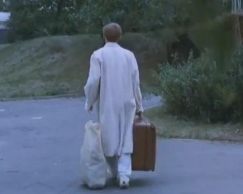 """""""A Short Film About Love"""". El Hombre-Guía sigue su marcha. En """"Decálogo Seis"""", la cámara no lo enfoca mientras él parte."""
