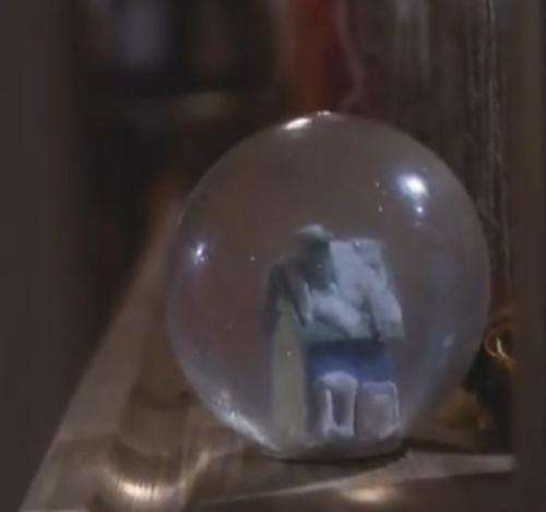 """""""A Short Film About Love"""". El regalo de Tomek a Magda. No aparece en Decálogo Seis"""": Este objeto  anticipa al de la bola de cristal que usaba la protagonista de """"La Double vie de Véronique"""" para crear efectos ópticos, cuando viajaba en el tren."""