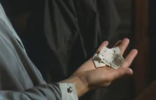 """""""A Short Film About Love"""". Luego del frustrado encuentro sexual entre ambos, Tomek huye avergonzado del departamento de la mujer. Y luego intenta suicidarse. Magda se da cuenta de que el joven se había olvdiado el sobretodo, con los dos boletos del autobús que ambos habían tomado. Esos boletos tienen impreso el número seis, que coincide con el de la esta sexta entrega (""""Decálogo Seis"""")."""