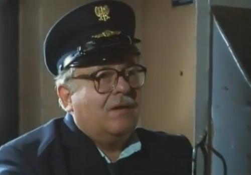 """Magda le pregunta al cartero por Tomek, quien era  su compañero de trabajo en  la Oficina de Correo. El hombre es el mismo cartero que aparecía en """"Decálogo Dos""""."""