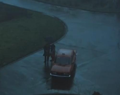 """""""A Short Film About Love"""".  Tras su intento de suicidio, ya recuperado, Tomek vuelve de la clínica con su madre adoptiva: llegan en un taxi y caminan juntos hasta el apartamento. Esta secuencia no figura en """"Decálogo Seis""""."""