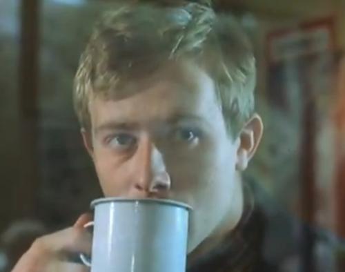 """""""A Short Film About Love"""". Tomek bebe un té y observa cómo Magda se marcha del Correo, tras comprobar que no había dinero girado a su nombre."""