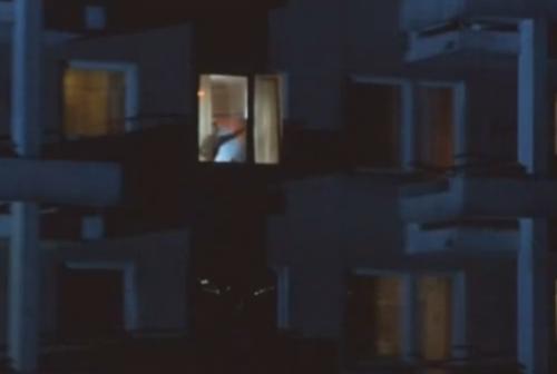 """""""A Short Film About Love"""". Magda observa una luz en la ventana del apartamento de Tomek y distingue su figura, luego de que él haya sido de alta de la clínica tras su intento de suicidio."""