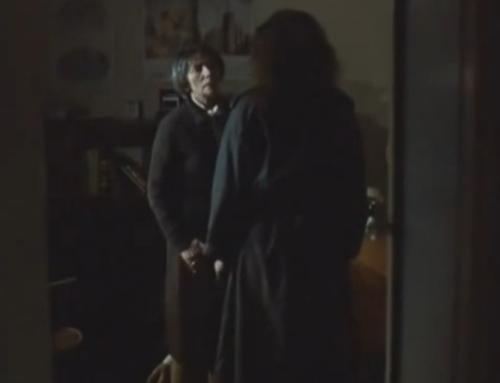 """""""A Short Film About Love"""". Magda va al apartamento de Tomek. La madre adoptiva la deja entrar para que lo vea, pero la mira con mala cara y le cierra el camino. Cuando la protagonista intenta tocarle el brazo vendado, la mujer se interpone y pone su mano encima de la de ella."""