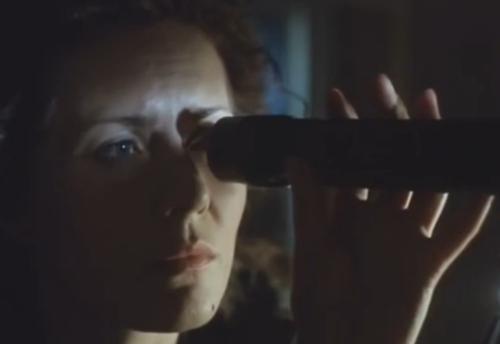 """""""A Short Film About Love"""". Secuencia Final. Magda en la habitación de Tomek y no obstante la presencia de  la madre adoptiva de él, toma el telescopio del joven y mira hacia su propia ventana. Ve el pasado y el futuro en cuestión de segundos."""