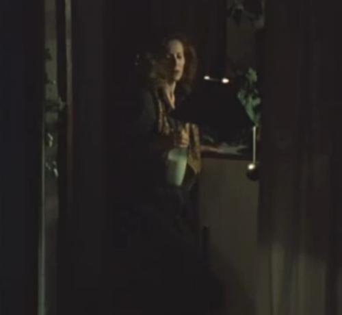 """""""A Short Film About Love"""". Secuencia Final.  Magda ve el pasado. Observa una imagen de sí misma con el telescopio de Tomek. A la mujer de enfrente (ella) se le derrama la leche sobre la mesa. Final disntinto al de """"Decálogo Seis""""."""