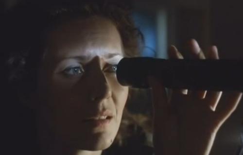 """""""A Short Film About Love"""". Secuencia Final. Magda observa la imagen de sí misma con el telescopio de Tomek. Magda se apiada de sí misma al verse llorar. Final distinto al de """"Decálogo Seis""""."""