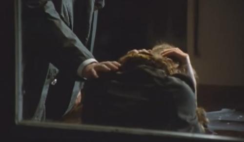 """""""A Short Film About Love"""". Secuencia Final. Magda ve su futuro que se infiltra en un momento triste de su reciente pasado. Tomek le apoya una mano sobre su hombro, consolándola cuando ella llora. Final distinto al de """"Decálogo Seis""""."""