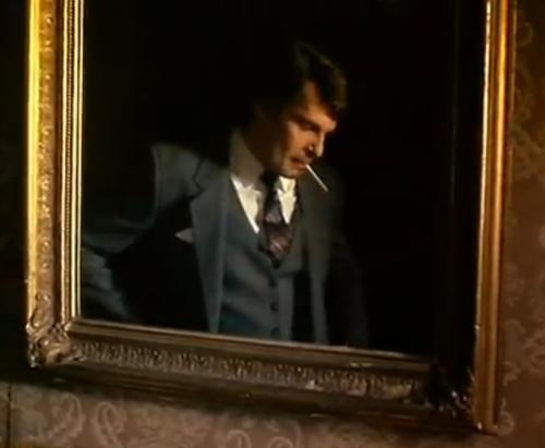 """A Short Story about Killing"". Jacek fumando frente a un espejo que se asemeja a un cuadro, momentos antes de rendir su examen final."