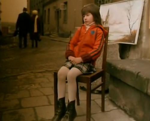 """""""A Short Film about Killing"""".  La niña vestida de rojo a quien el artista callejero está retratando."""