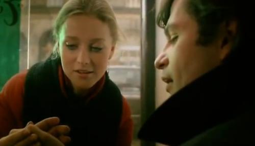 """""""A Short Film about Killing"""". Dentro del bar, en el cual también está en ese momento Jacek, una gitana le lee la mano a Piotr."""