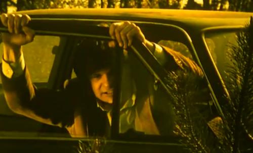 """""""Decálogo Cinco: No Matarás"""".  Piotr está enfurecido. Grita varias veces, """"Te Odio"""", asomándose por la ventanilla del auto."""