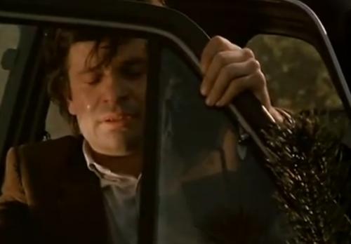 """""""A Brief Story about Love"""".  Piotr permanece en silencio dentro del auto y en un momento parece llorar."""