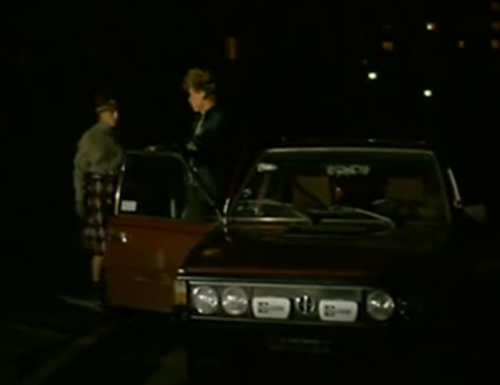 """""""A Brief Story about Love"""".  Jacek va a la casa de una muchacha, llamada Beata. Le dice que salga y muestra el auto del taxista asesinado, ofreciéndole llevarla a la montaña."""