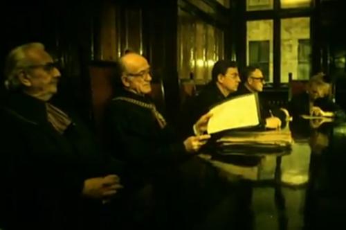 """""""Decálogo Cinco: No Matarás"""". Se omite la secuencia de tres minutos en la cual Jacek va a buscar a la joven a su casa. Directamente se observa al Tribunal que da por cerrado el caso, declarando culpable a Jacek."""