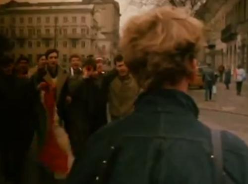 """A Short Story about Killing"". Un grupo de fanáticos de un club de fútbol festejan, frente al indiferente Jacek."