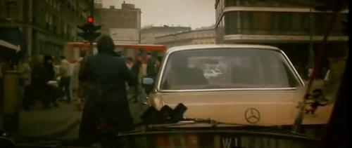 """""""A Short Film About Killing"""".  Piotr festeja, delante del semáforo en rojo, alardeando por su título de abogado ante el circunstancial hombre del Mercedes Benz, a su derecha."""