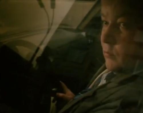 """""""A Short Film About Killin"""". Un personaje secundario mira con mala cara a Piotr cuando él le grita que ha aprobado su examen para convertirse en abogado. El taxista está en su auto detrás de ambos."""