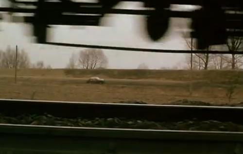 """""""A Brief story about Killing"""". El tren que pasa como símbolo de la existencia es captado desde una toma inferior; desde los rieles de la vía."""