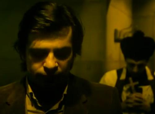 """""""Decálogo Cinco: No Matarás"""".  Piotr baja la cabeza en señal de condolencias. Se observa a un capellán en similar posición, al costado. La escena de la cubeta es eliminada."""
