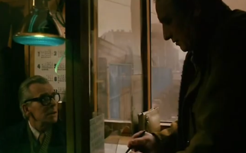 """""""A Short Film about Killing"""": El taxista ingresa a un negocio de apuestas. Lo atiende un hombre desde atrás de una ventanilla, un leitmotiv en la filmografía del """"Decálogo""""."""