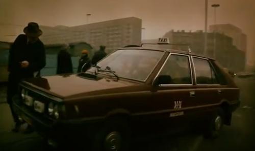 """""""A Short Film about Killing"""". Poco antes de ingresar al negocio de Lotería, el taxista sube con el auto a la acera y por poco atropella a un peatón."""