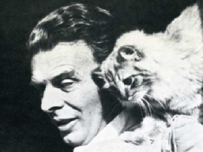 "Aldous Huxley, autor de ""Brave New World"" (""Un Mundo Feliz""), con su gato. Huxley, irónico,  escribió: """"No man ever dared to manifest his boredom so insolently as does a Siamese tomcat when he yawns in the face of his amorously importunate wife""."
