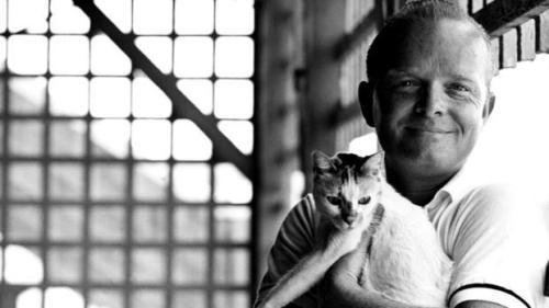 """Truman Capote, autor de """" A Sangre Fría""""  y  """"Desayuno en Tiffany, sonriendo con su gato blanco.  Ver Pingbacks debajo."""