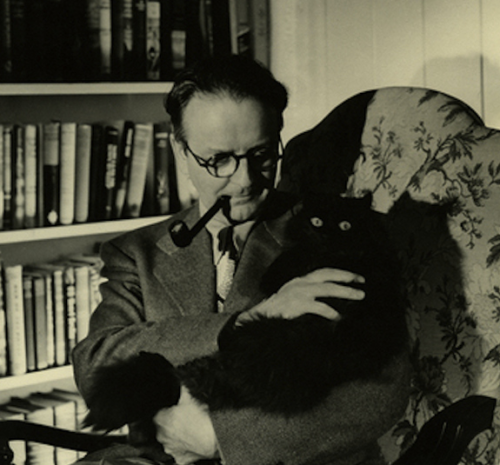 "Raymond Chandler:, el autor de ""Adiós, Muñeca"" (""Farewell, My Lovely""), con su gato negro."