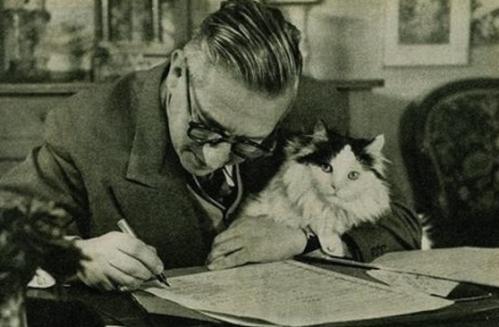 Jean Paul Sartre, filósofo existencialista francés, tampoco pudo resistirse al encantamiento de los gatos.