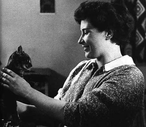 """Doris Lessing, Premio Nobel de literatura. Autora de """"Canta la Hierba"""" y """"La Grieta"""", también aquí con su gato fiel. Ver Pingbacks."""