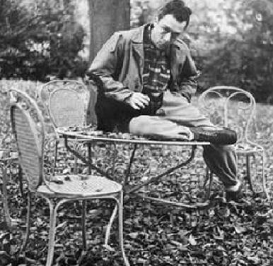 """Albert Camus, filóosfo y Premio Nobel de Literatura, con su gato negro, llamado """"étranger""""."""