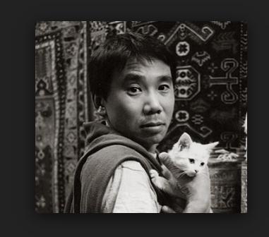 Haruki Murakami, más joven y con gato blanco.  El escritor japonés nombre siempre en sus novelas a los gatos. Son una presencia en general inexorable, asociada a la vida y al Destino.