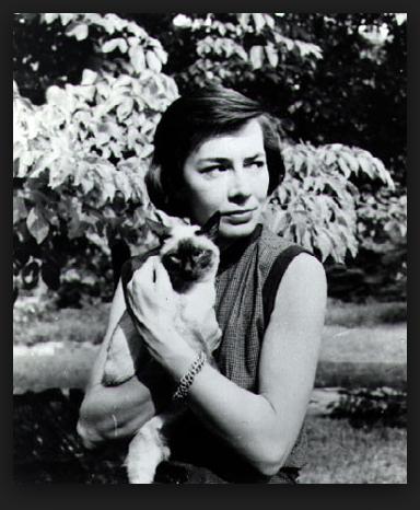 """Patricia Highsmith, escritora de género policial, autora de """"Ripley Under Water"""" (""""Ripley en Peligro"""") con su gato siamés. Ver Pingback."""