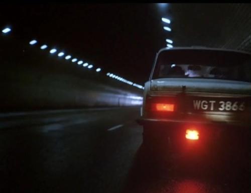 """El mismo taxi celeste que conduce Janusz en """"Decálogo Tres""""."""