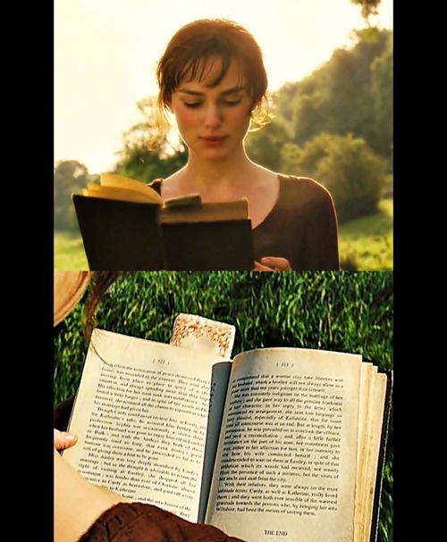 """Al principio de la película, Elizabeth lee una novela titulada Primeras Impresiones"""" (""""First Impressions""""), que fue el título original de la novela de Jane Austen, antes de su publicación en 1813 como """"Orgullo y Prejuicio"""" (""""Pride and Prejudice"""". Además, el texto de las páginas es legible cuando está en pausa (ver la foto en alta resolución). Elizabeth Bennet lee en la escena de la película el último capítulo de """"Orgullo y Prejuicio"""",  con los nombres de los protagonistas cambiados."""