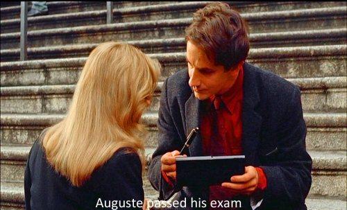 Karin, amante de Auguste le regala una lapicera de tinta cuando aprueba el concurso para convertirese en Juez.-