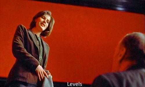 Niveles, Jerarquías. Valentine/Kern. En este caso Valentine mira desde arriba del escenario al ex juez tras el desfile de modas.-