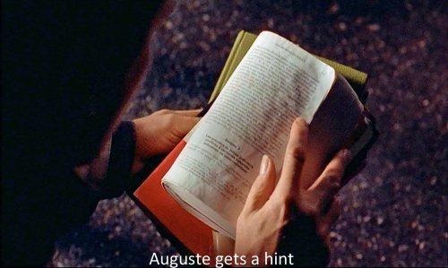 Libro de derecho que, al caerse abierto,  le  señala a Auguste la pregunta del examen.-
